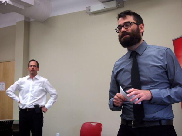 Pascal présente notre premier conférencier, le journaliste Daniel Leblanc du Globe & Mail.