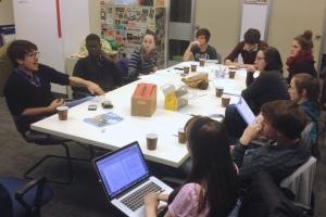 Mathieu Roy-Comeau discute avec les membres de l'équipe du Front, le 5 octobre 2014. - Photo AAJ
